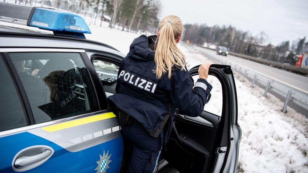 Bayern, Passau: Polizistin der Bayerischen Grenzpolizei auf der Autobahn 3.