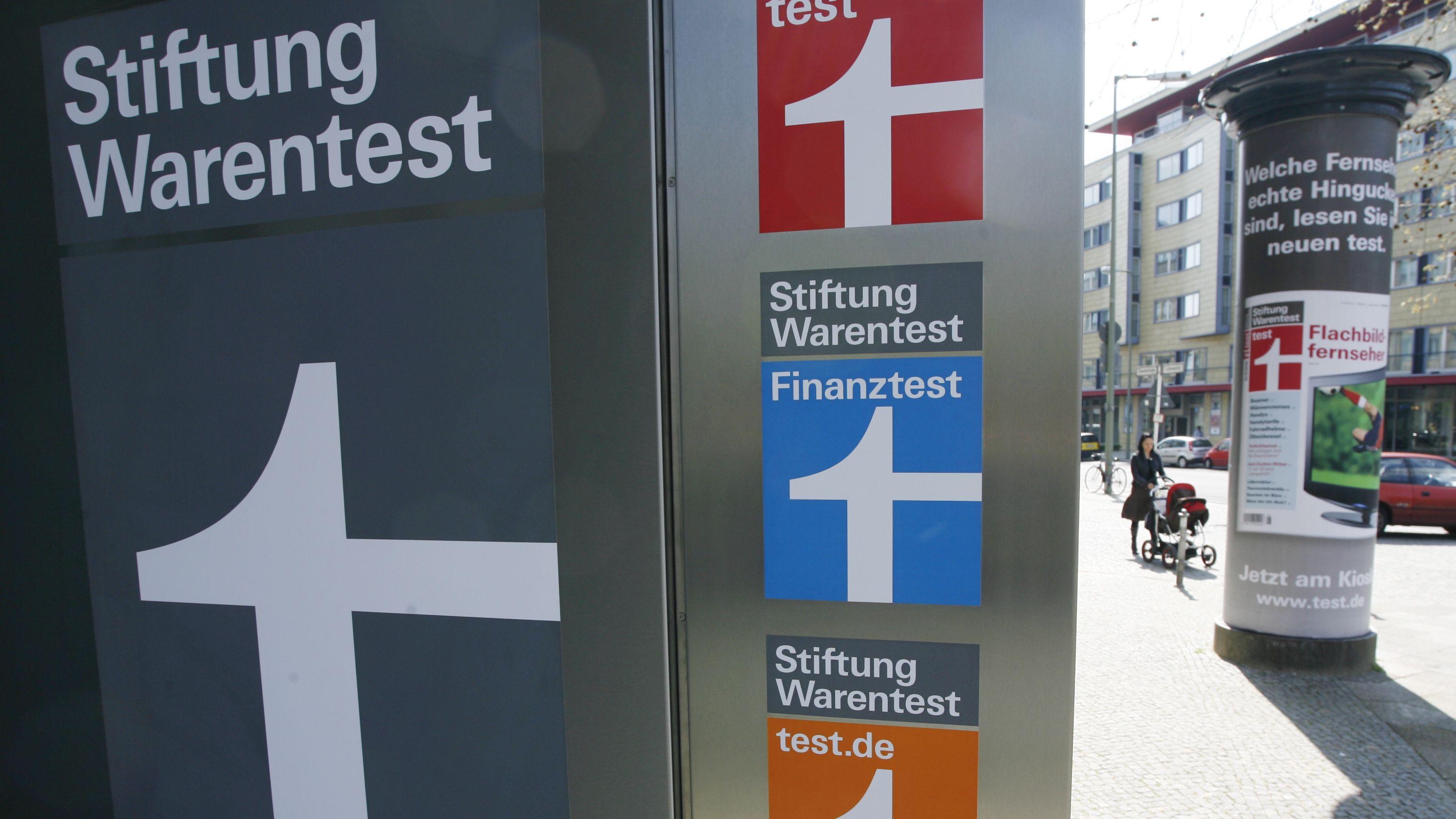 Logos am Eingang zur Stiftung Warentest