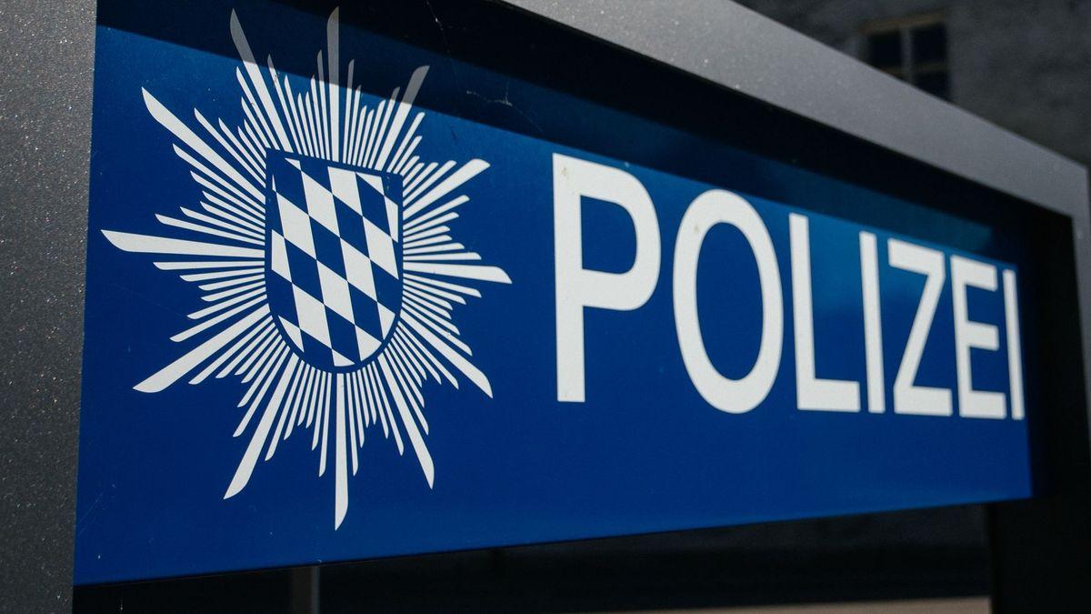 """Auf einem blauen Schild ist """"Polizei"""" zu lesen, und es ist ein Polizeistern mit dem weiß-blauen Bayern-Wappen abgebildet."""