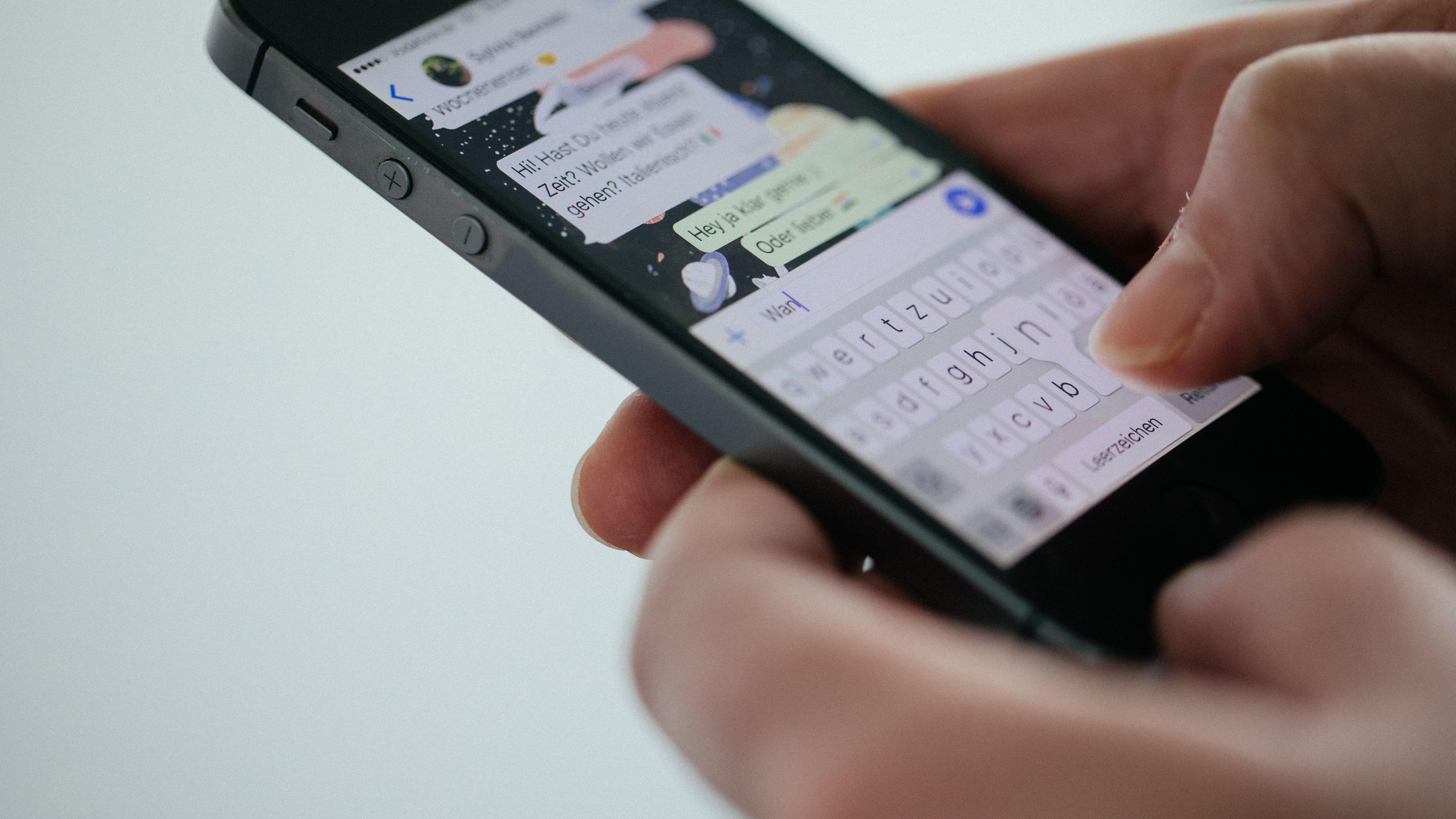 Über Suchmaschinen kann sich jeder potentiell Zutritt zu einer WhatsApp-Gruppe verschaffen. Man kann den Link jedoch zurücksetzen.