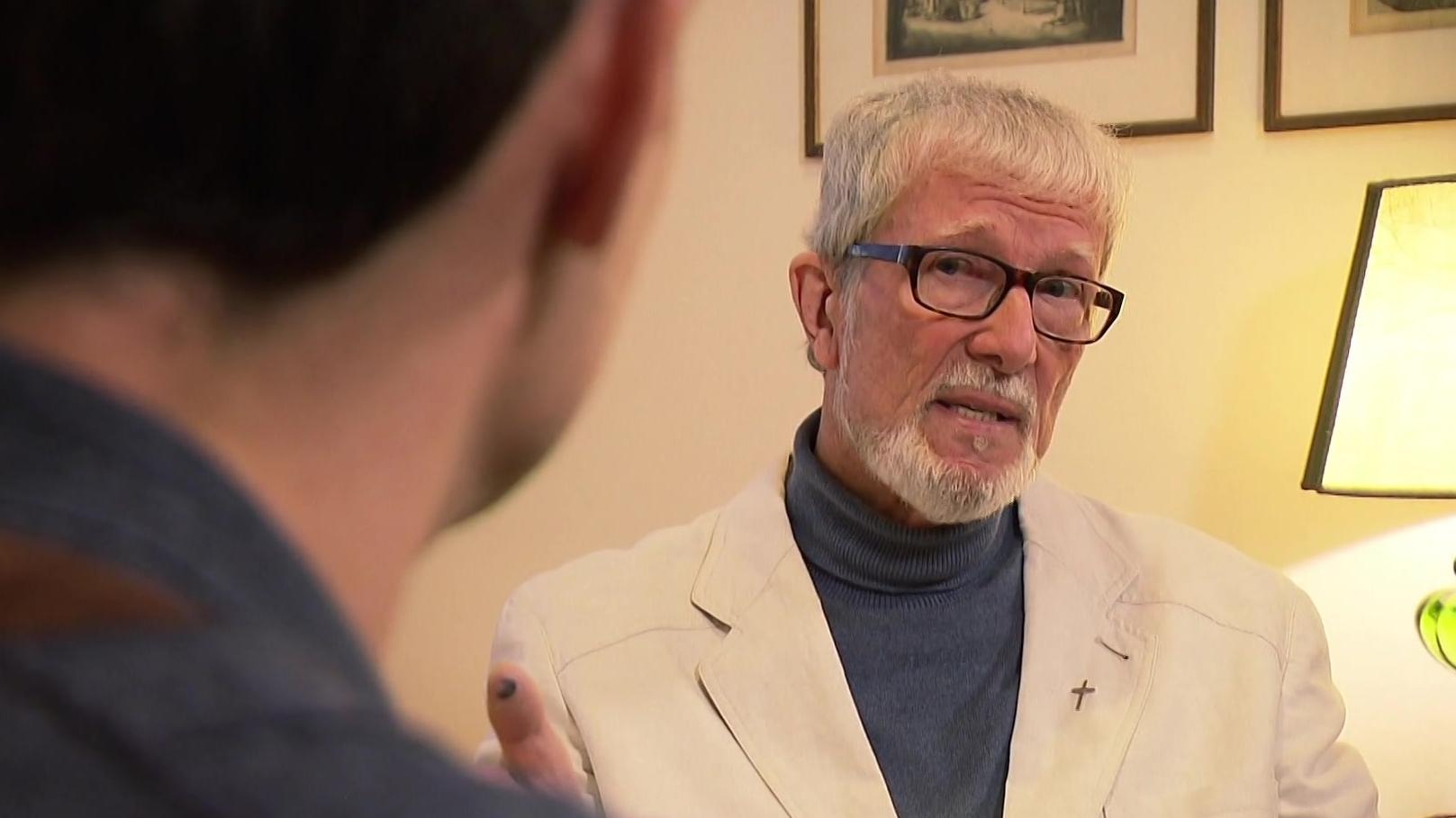 Pater Jürgen Müller im Gespräch mit STATIONEN-Moderator Benedikt Schregle.