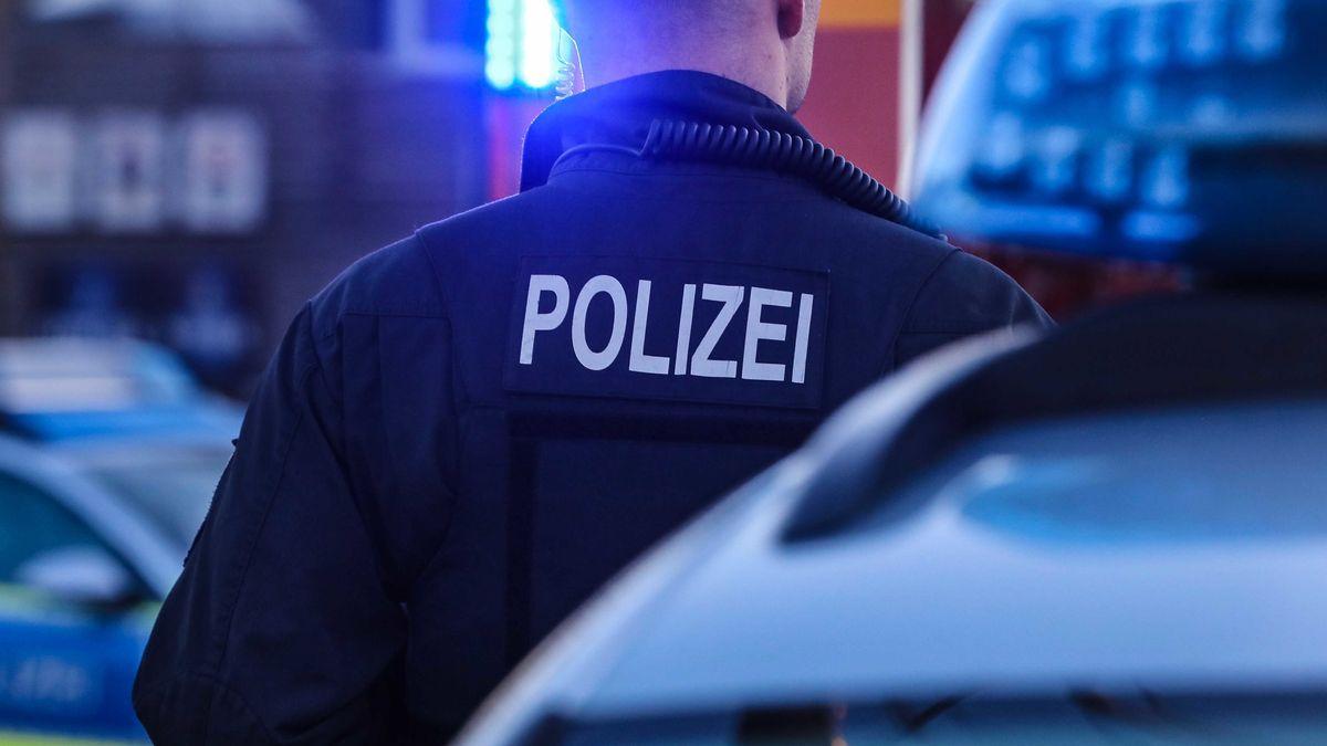 Polizist vor Streifenwagen