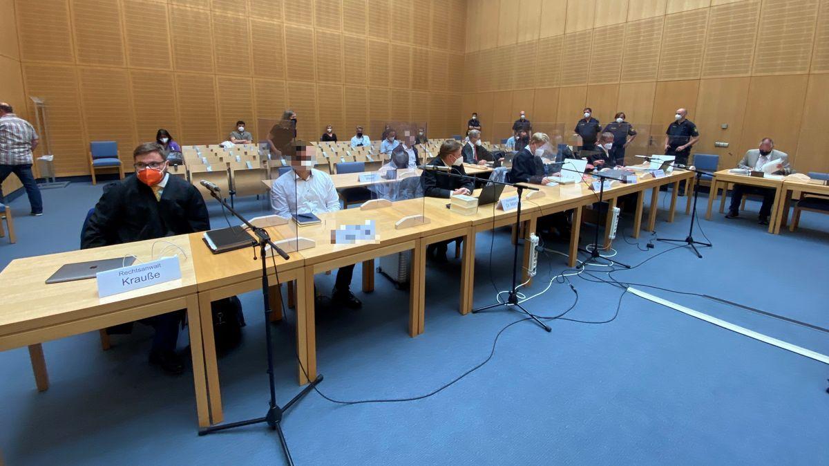 Die Angeklagten im Gerichtssaal in Weiden.