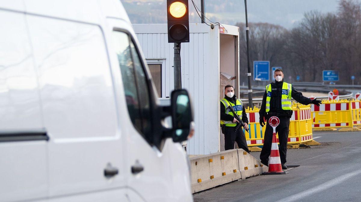 Bundespolizisten kontrollieren an der A93 am Grenzübergang Kiefersfelden