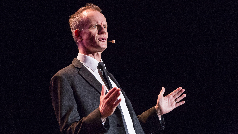 Halbporträt des Kabarettisten Max Uthoff: Große Geste bei einem Auftritt im Berliner Tempodrom 2018.