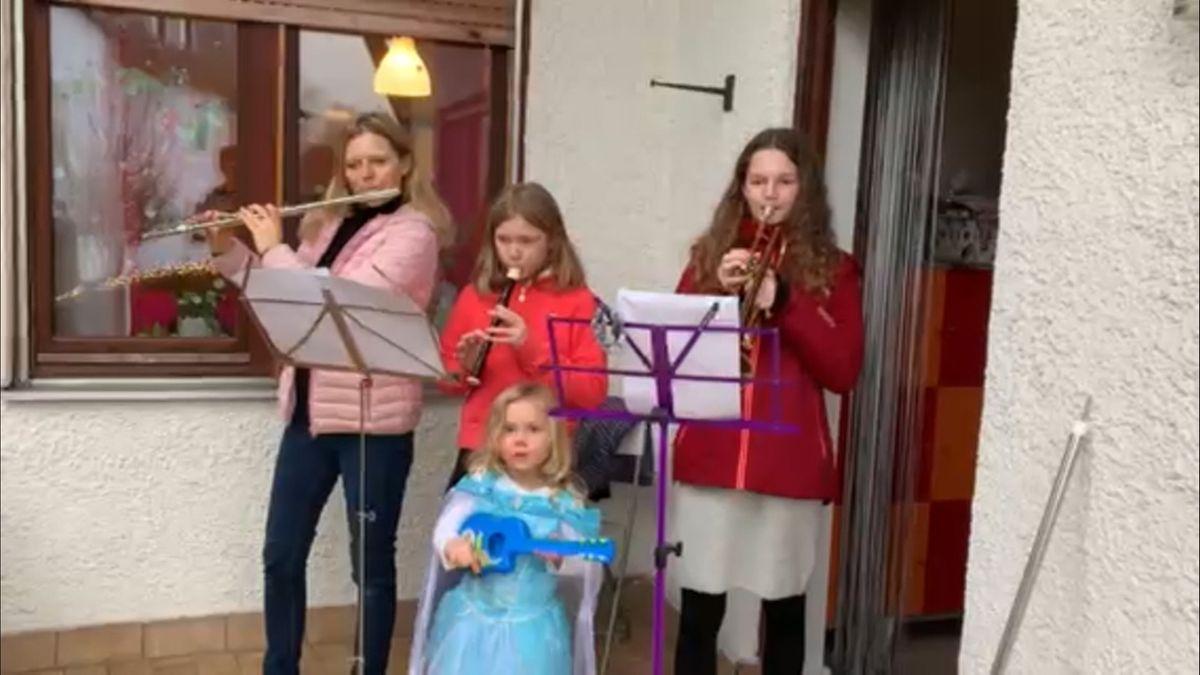 In ganz Bayern haben Menschen auf ihren Balkonen an Heilgabend gesungen und musiziert. Der Bayerische Musikrat hatte dazu aufgerufen.