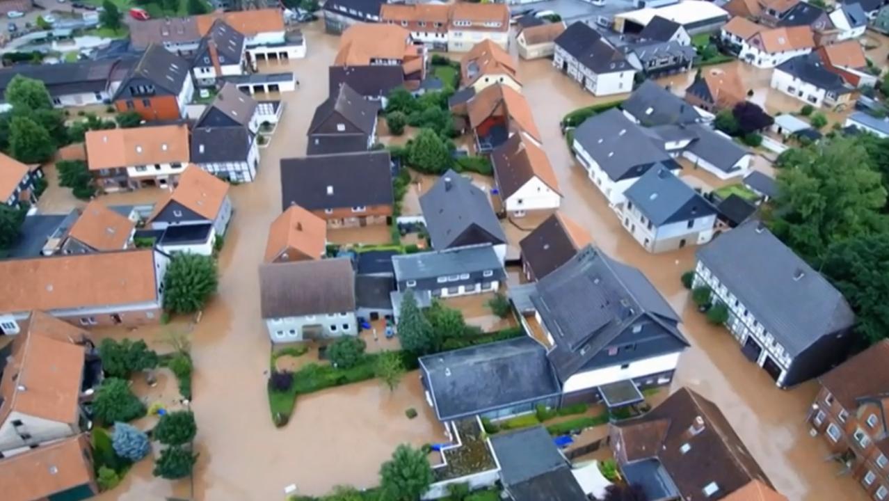 Eine überschwemmte Kleinstadt nach verheerenden Regengüssen und Unwettern.