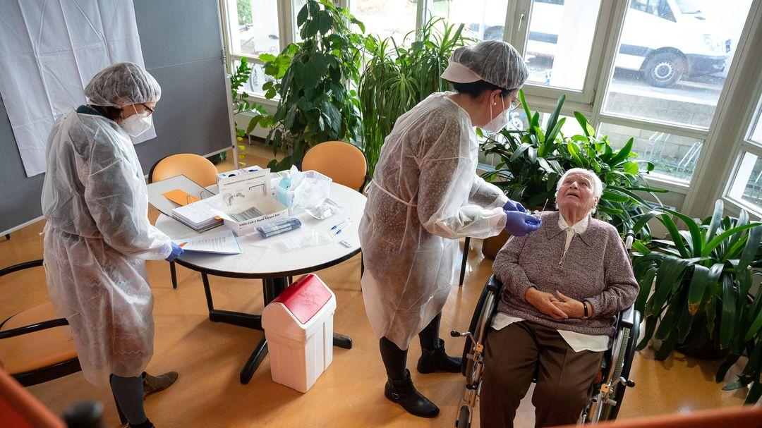 Corona-Test bei einem älteren Herrn im Pflegeheim