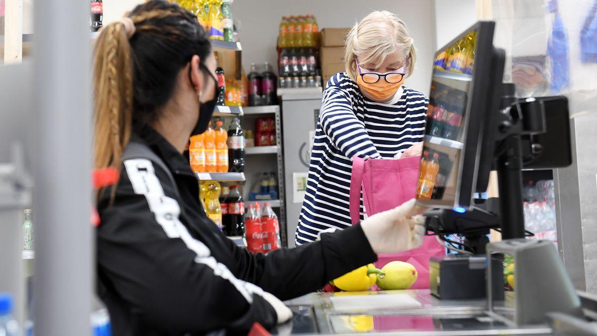 Derzeit gilt die Maskenpflicht auch noch in Bayern - wie hier in einem Supermarkt in Rosenheim.