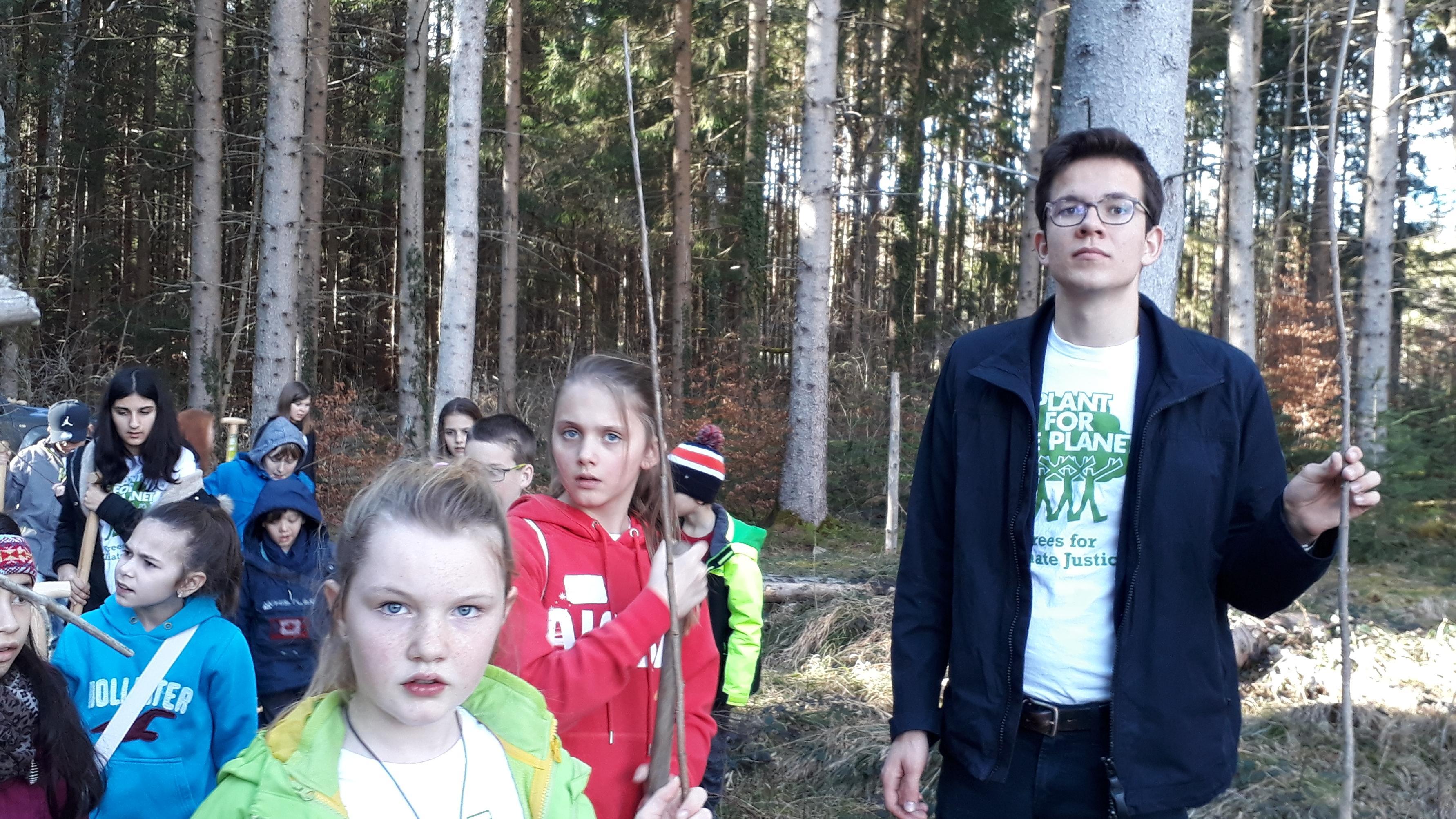 Plant-for-the-planet-Gründer Felix Finkbeiner beim Bäume pflanzen am Ammersee.