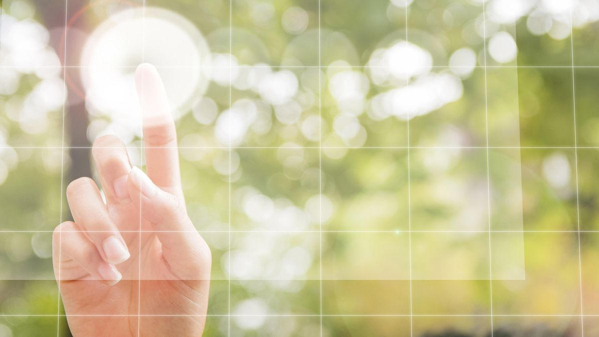 Symbolbild Green Tech: Virtueller Bildschirm im Freien
