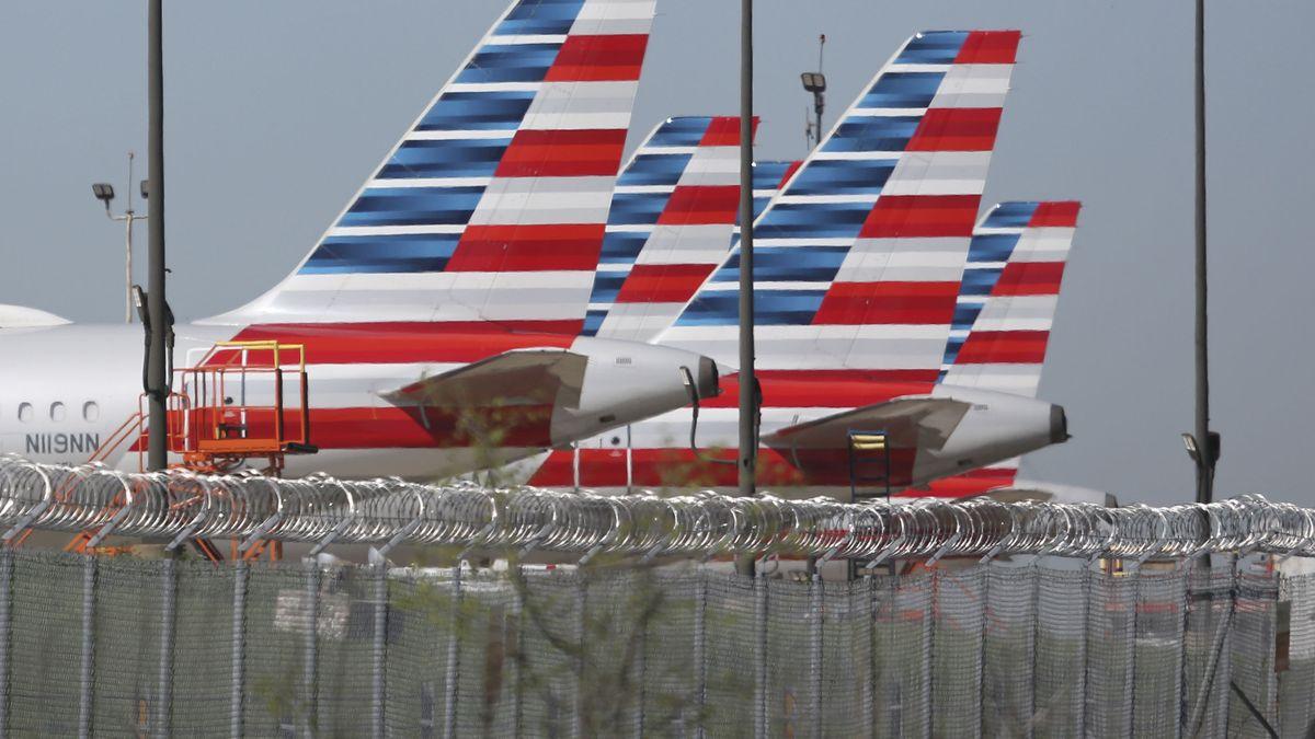 Flugzeuge von American Airlines stehen geparkt auf dem Flughafen von Dallas