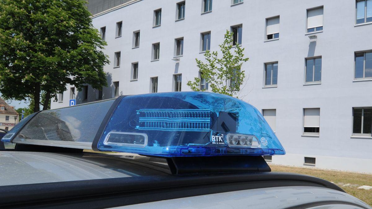Ein Einsatzfahrzeug vor dem Polizeipräsidium Oberpfalz in Regensburg.