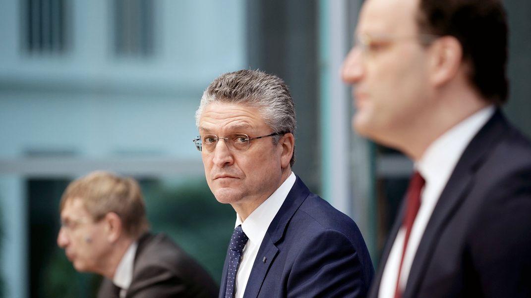 Lothar Wieler (M), Präsident des Robert Koch-Instituts (RKI), bei der Bundespressekonferenz am 5.2.21 (li: Klaus Chichutek, Präsident vom Paul-Ehrlich-Institut; re: Jens Spahn (r, CDU), Bundesminister für Gesundheit