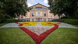 Bayern, Bayreuth: Das Bayreuther Festspielhaus.   Bild:dpa-Bildfunk/Daniel Karmann