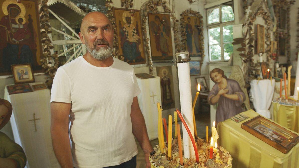 Serge Kaiser in der Ost-West-Friedenskirche in München, zwischen Heiligenbildern und Kerzen