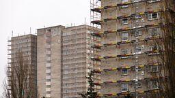 Gerüste zieren zwei Hochhäuser in Nürnberg.   Bild:picture alliance/Geisler-Fotopress