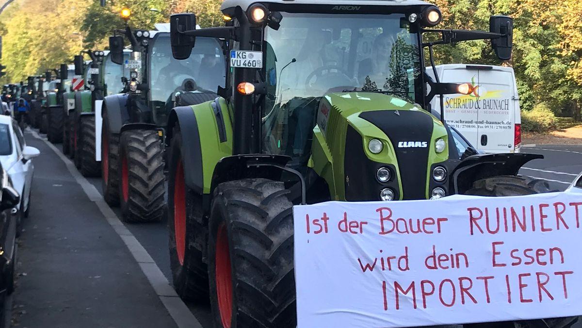 Landwirte fahren mit ihren Traktoren zu einer Demonstration.