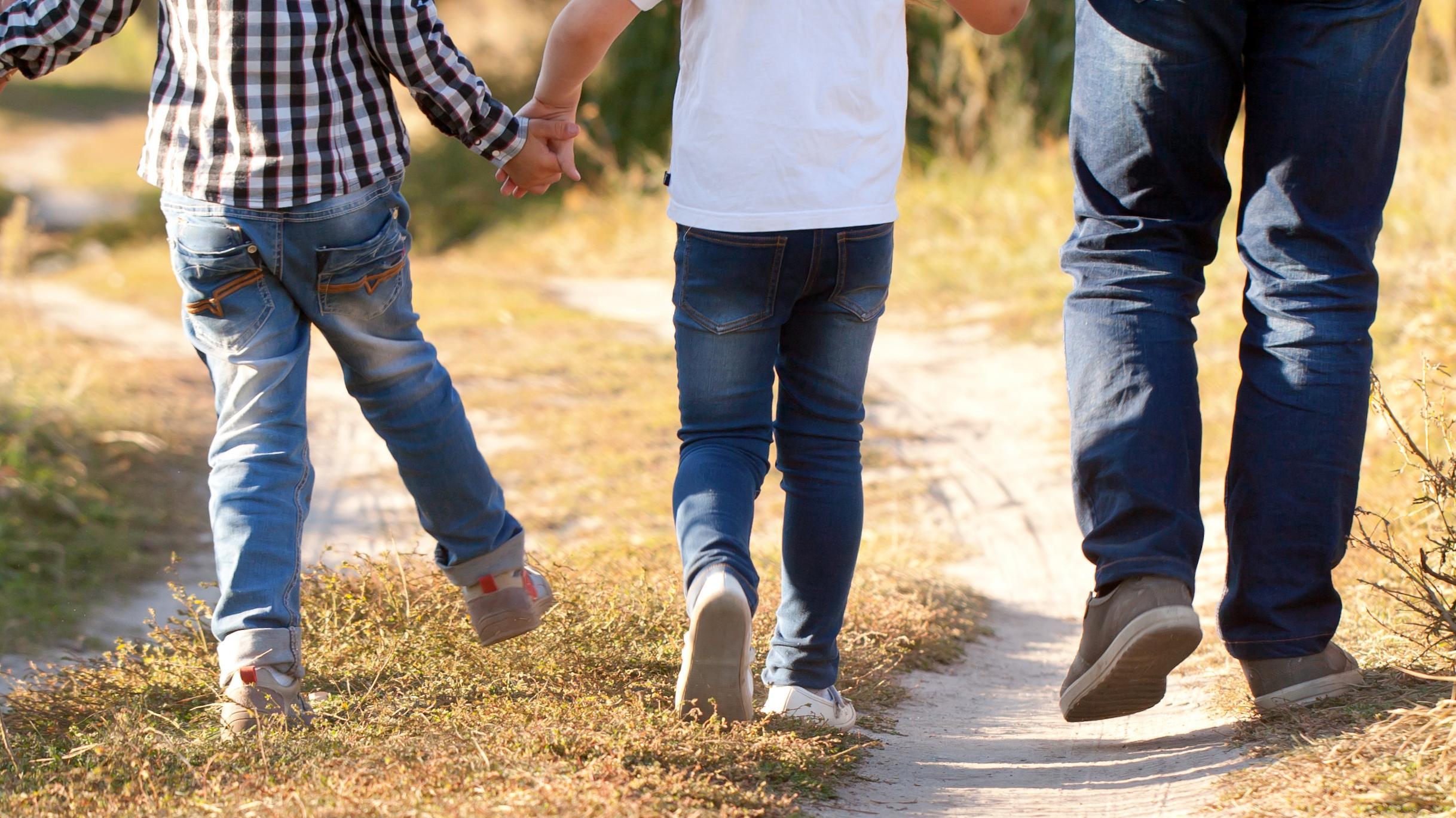 Symbolbild: Kinder laufen zu Fuß