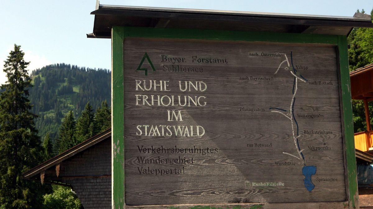 Ruhe und Erholung im Staatswald steht auf einem Holzschild am Eingang zu Valepp im Spitzinggebiet