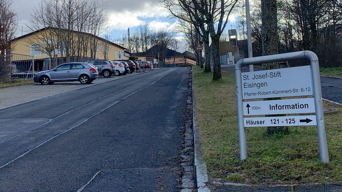 Einfahrt des St. Josefs-Stift Eisingen in der Pfarrer-Robert-Kümmert-Straße.
