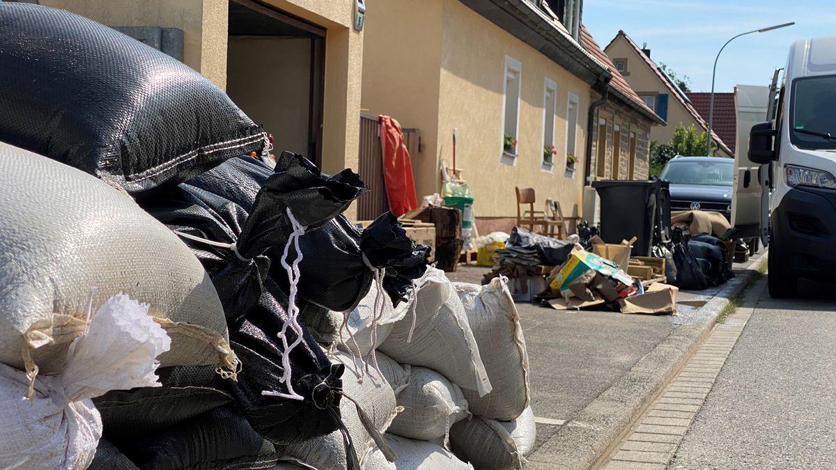 Aufräumarbeiten nach dem Starkregen in Wiesentheid (Lkr. Kitzingen) laufen
