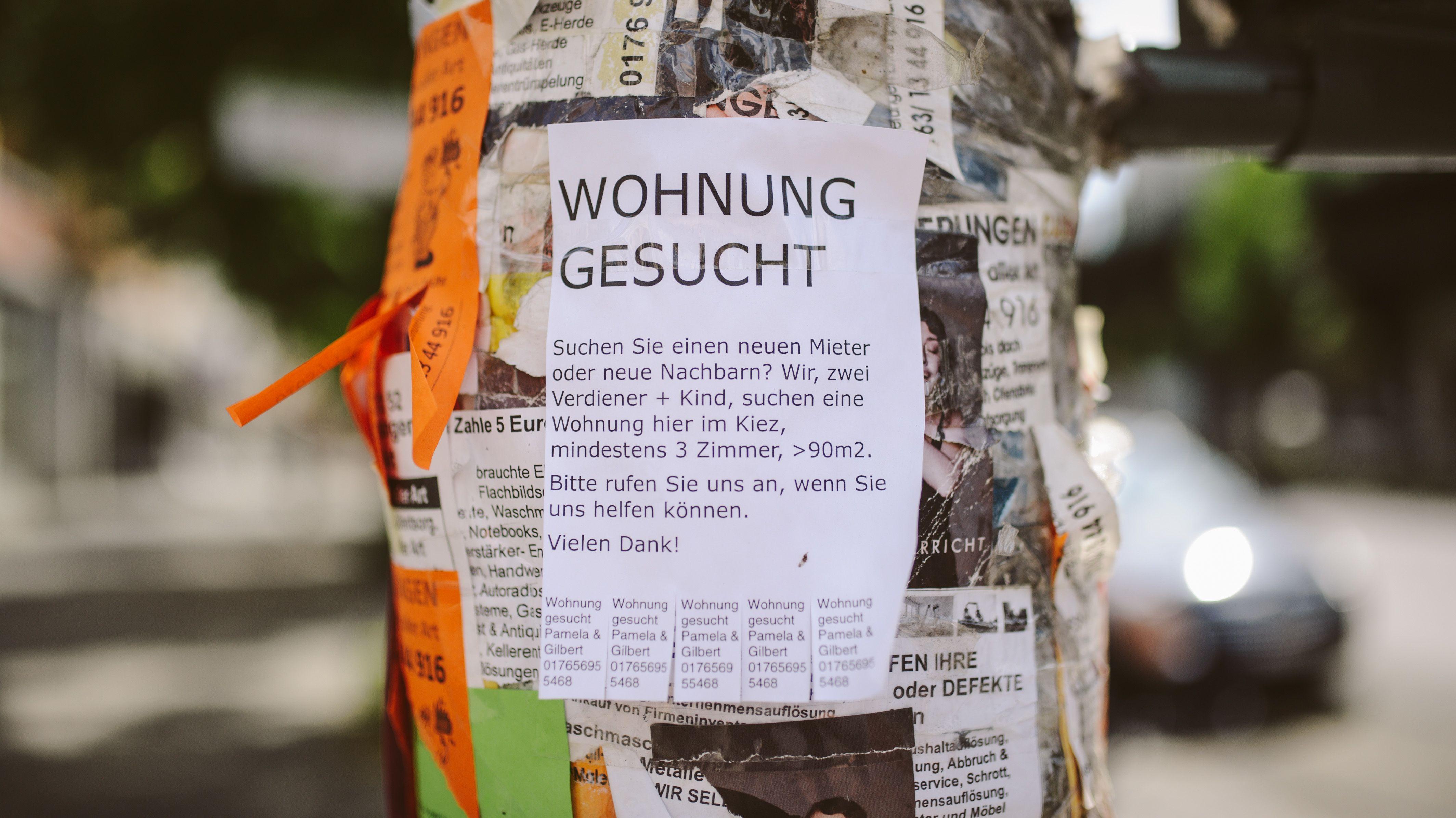 Wohnungsgesuch hängt an einem Laternenmast in Berlin