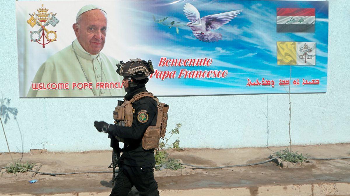 Ein Soldat in Bagdad vor einem Plakat mit Papst Franziskus