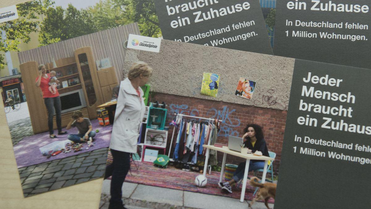 """""""Jeder Mensch braucht ein Zuhause"""" steht am 10.01.2018 in Berlin bei einem Pressegespräch im Haus der Caritas auf Werbe-Karten."""