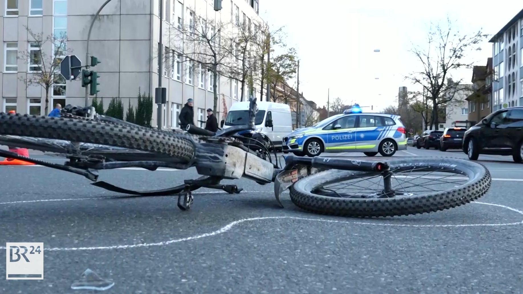 Fahrrad und Unfallstelle in Erlangen, nachdem ein Radfahrer von einem Auto erfasst wurde.