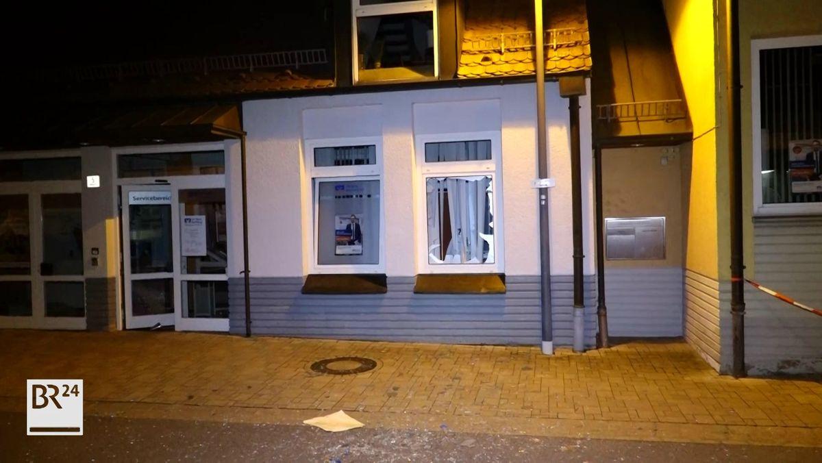 Eine Fensterscheibe der Bankfiliale, in der ein Geldautomat gesprengt wurde, ist geborsten.