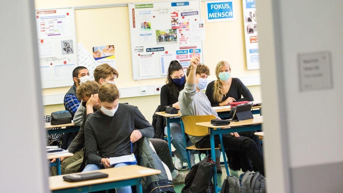 Schüler einer 13. Klasse mit Maske im Unterricht
