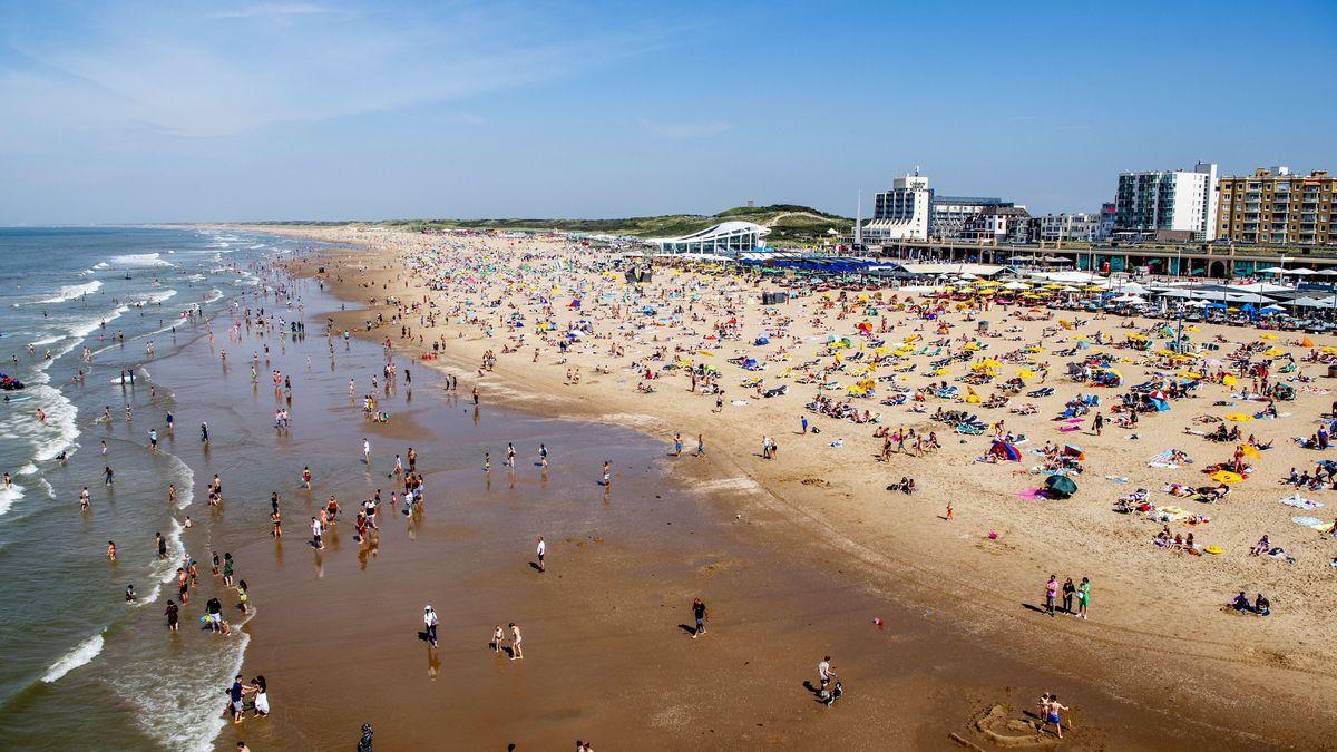 Strand mit Urlaubern aus der Vogelperspektive.