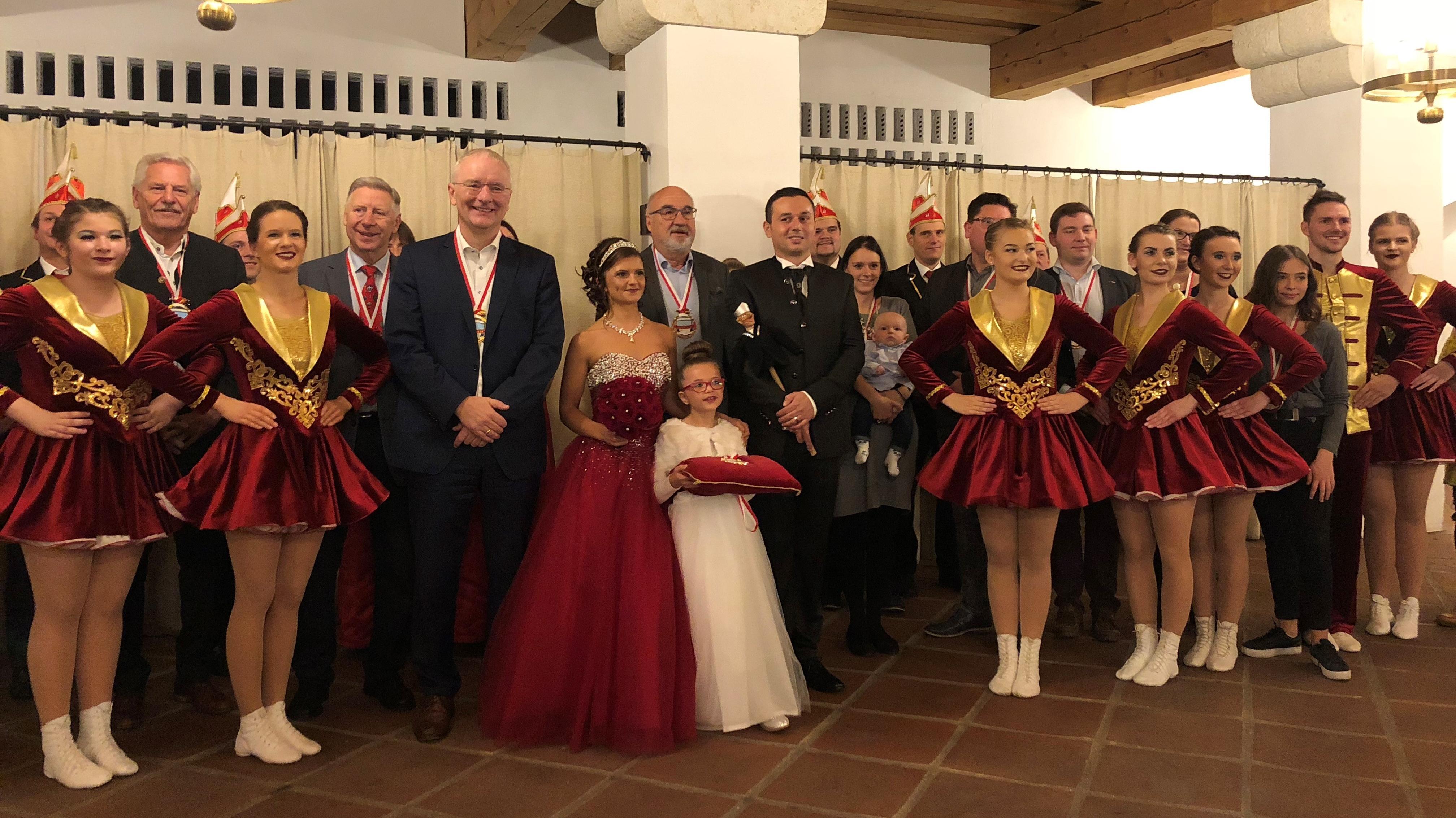 Oberbürgermeister Alexander Putz mit der Landshuter Faschingsgesellschaft beim verfrühten Faschingsstart