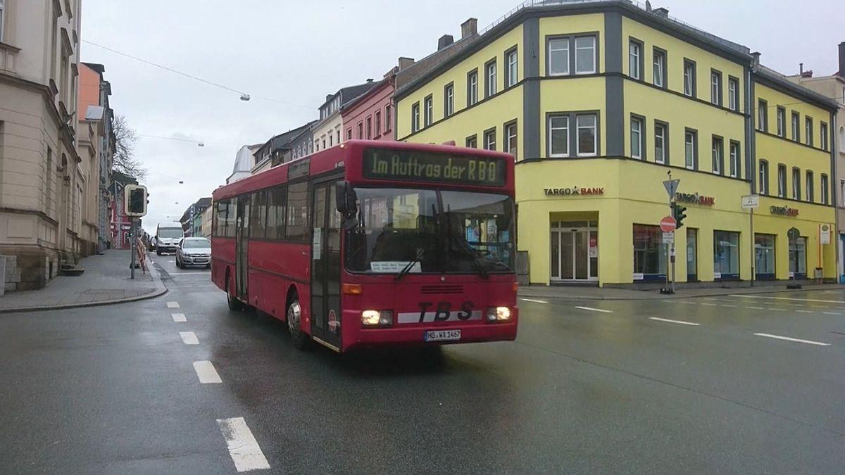 Ein Bus fährt durch Hof.