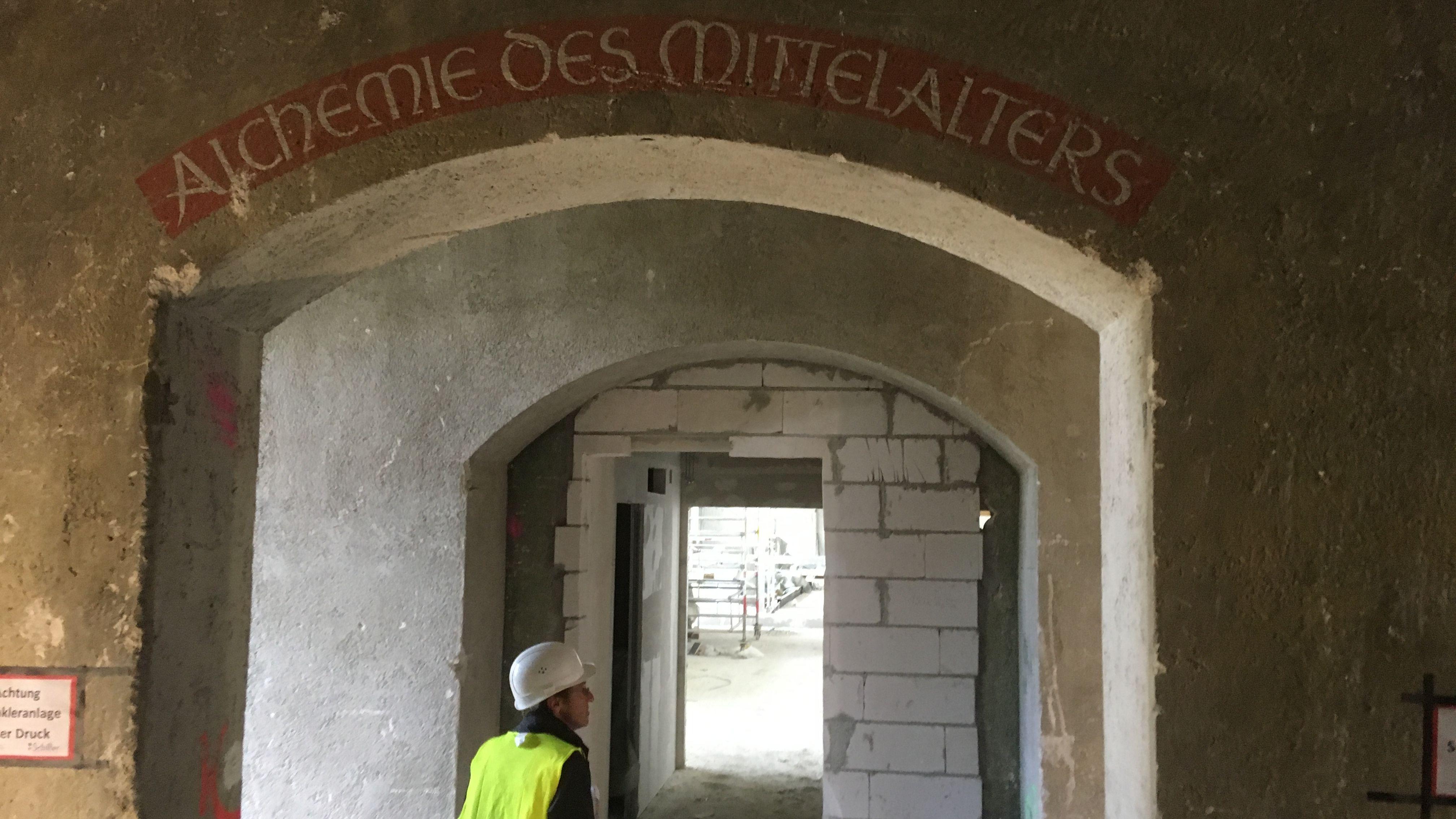 Da das Museum bei der jahrelangen Generalsanierung in den Rohbau zurückversetzt wird, kommen auch alte Schriftzüge aus der Entstehungszeit des Museums zum Vorschein.