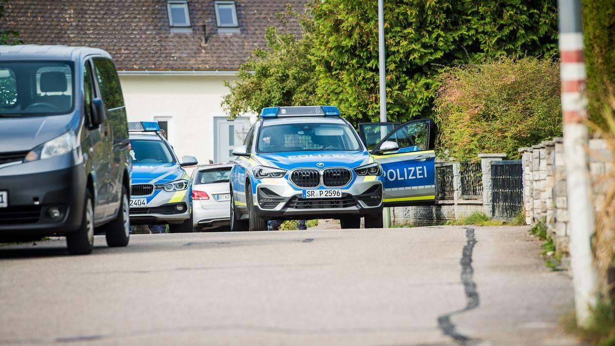 Mehrere Polizeiautos waren bei dem Einsatz in Essing im Landkreis Kelheim im Oktober 2020 beteiligt.