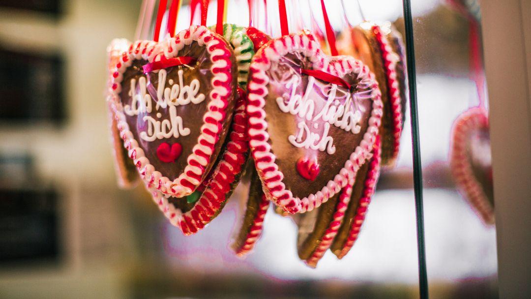 """Lebkuchenherzen mit der Aufschrift """"Ich liebe Dich""""."""