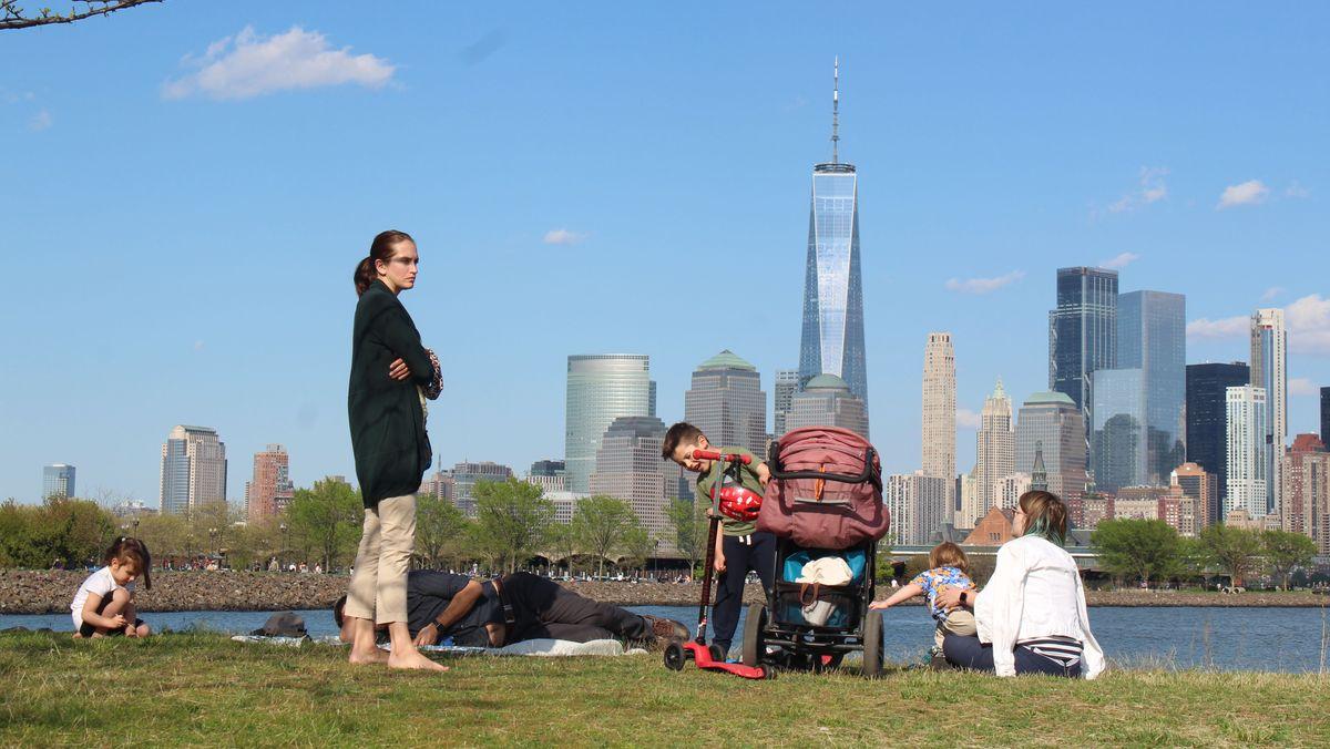 Familie mit Kindern vor der Skyline von New York