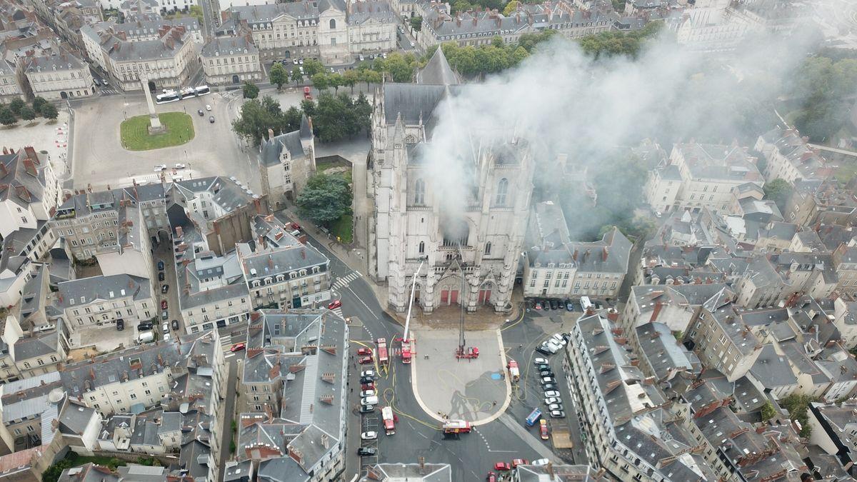 Frankreich, Nantes: Rauch steigt aus der gotischen Kathedrale Saint-Pierre-et-Saint-Paul