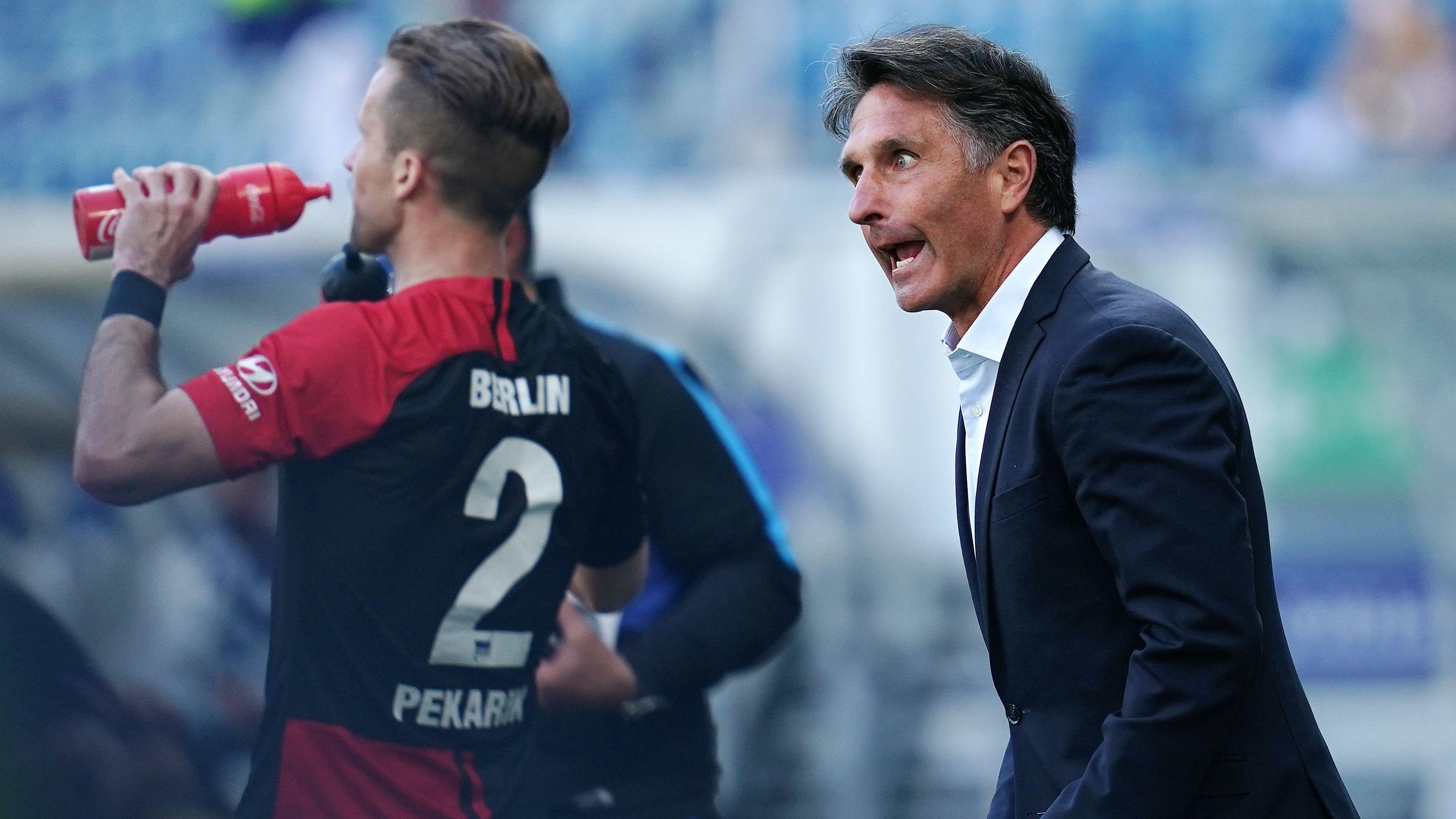 Hertha-Trainer Bruno Labbadia (r.) feuert seinen Spieler Peter Pekarik an