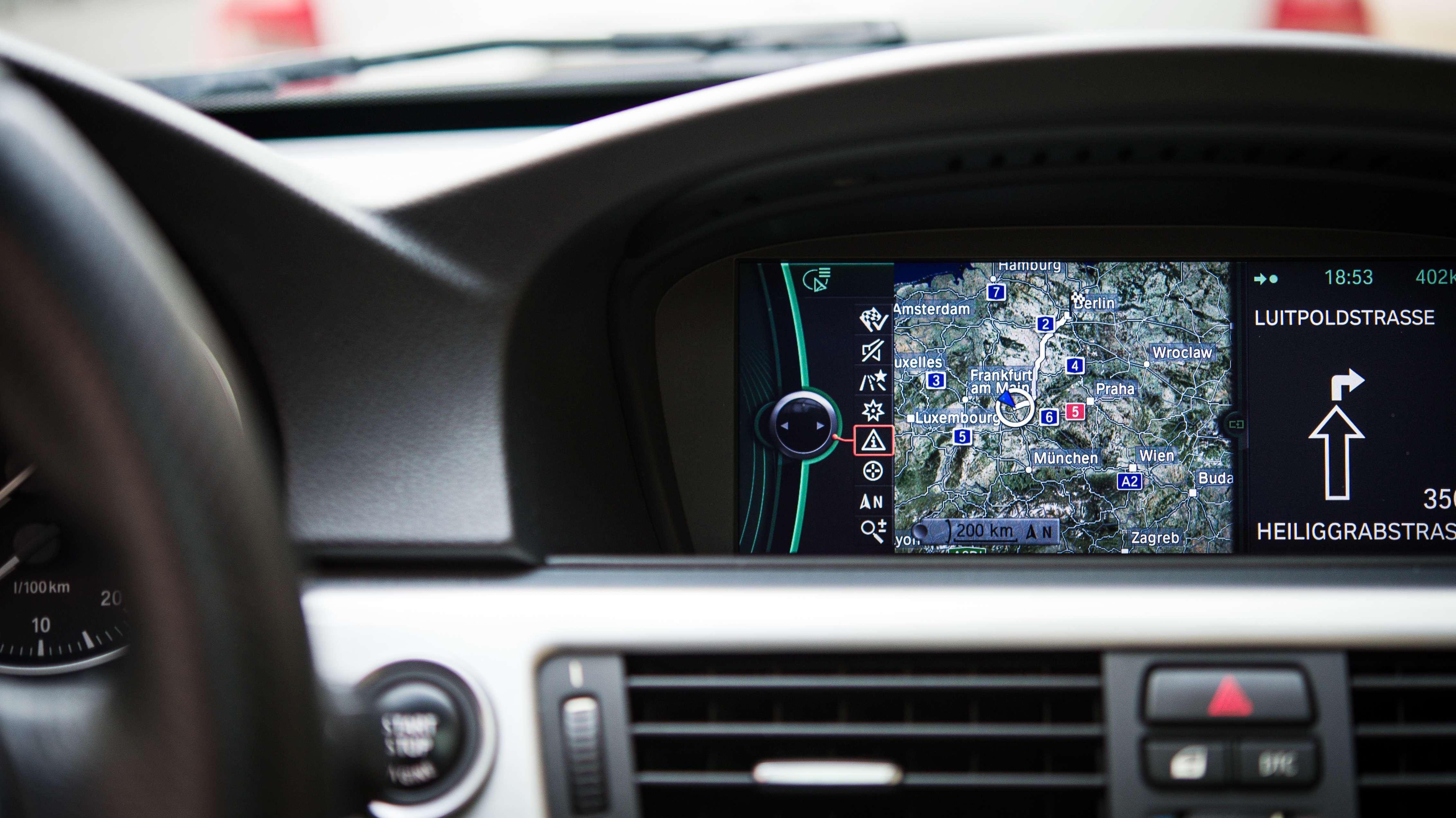 Ein in einem BMW eingebautes Navigationsgerät (Symbolbild)