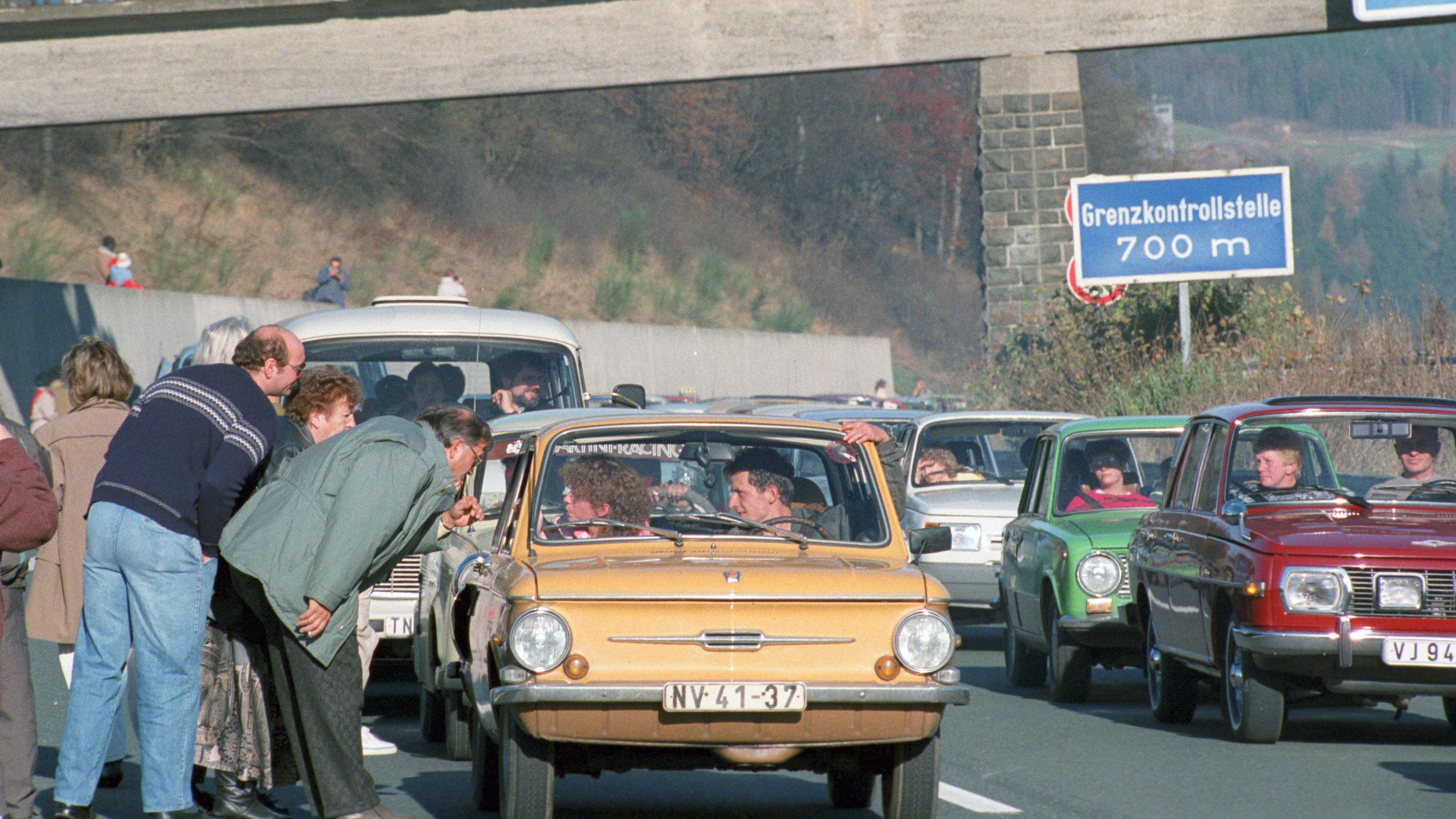 Eine Kolonne DDR-Autos 1989 am Grenzübergang Rudolphstein.