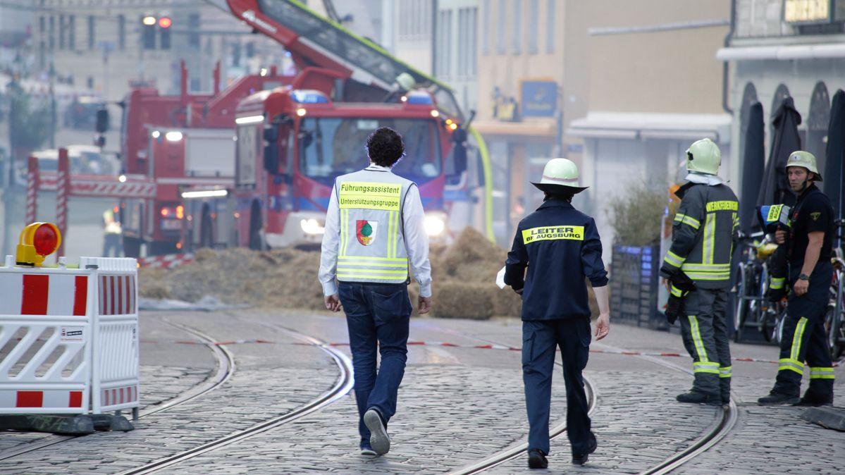 Einsatzkräfte vor der Brandruine in der Augsburger Karolinenstraße