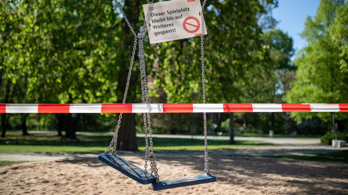 """""""Dieser Spielplatz bleibt bis auf Weiteres gesperrt"""", steht auf einem Schild in Nürnberg."""