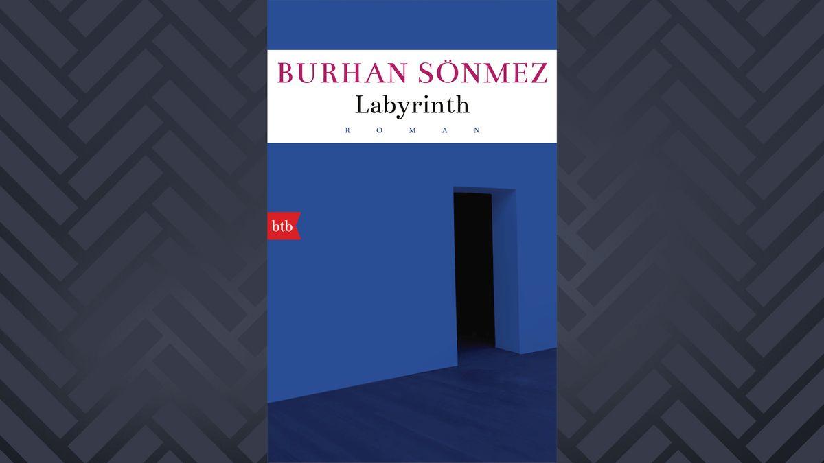 """Auf dem Buchcover von Burhan Sönmez Roman """"Labyrinth"""" ist der Eingang in ein abstraktes blaues Haus zu sehen."""