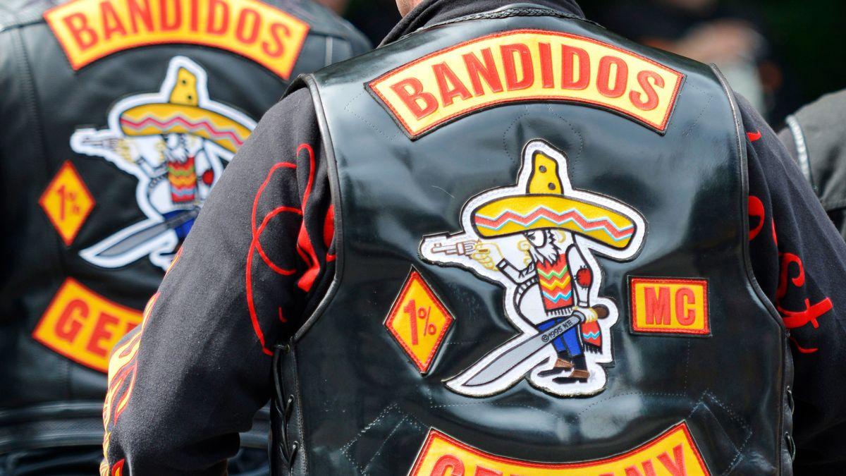 """""""Bandidos Germany"""" steht auf dem Rücken von Westen, die Mitglieder des Motorradclubs """"Bandidos"""" tragen."""