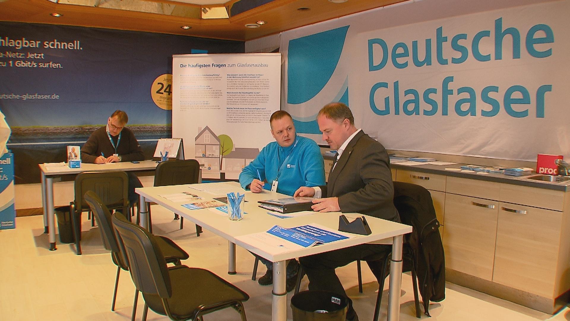 Monatelang warben Peterander (rechts) und seine Kollegen für den Glasfaserausbau - hier sitzen sie im extra eingerichteten Servicezentrum.