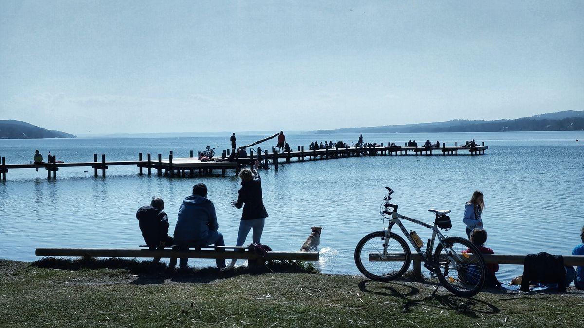 Kleine Menschengruppen am Starnberger See während der Ausgangsbeschränkung.