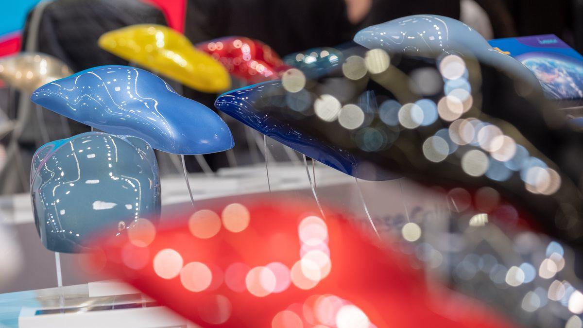 """Farbige Modellautos auf einem Messestand der """"European Coatings Show""""."""